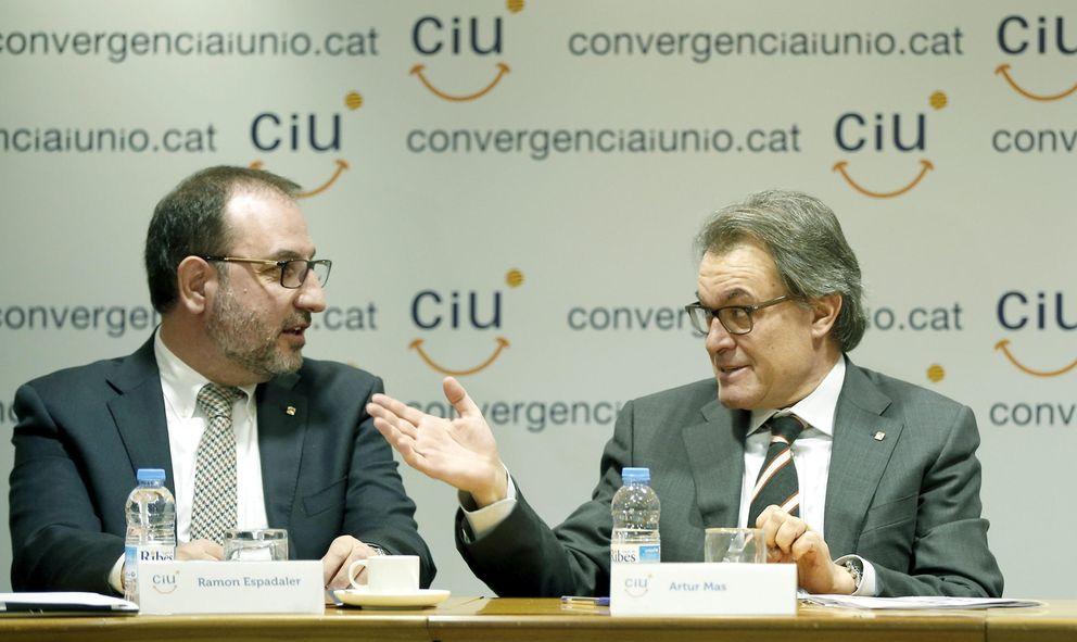 El presidente de la Generalitat conversa con el conseller de Interior, Ramon Maria Espadaler. (EFE)
