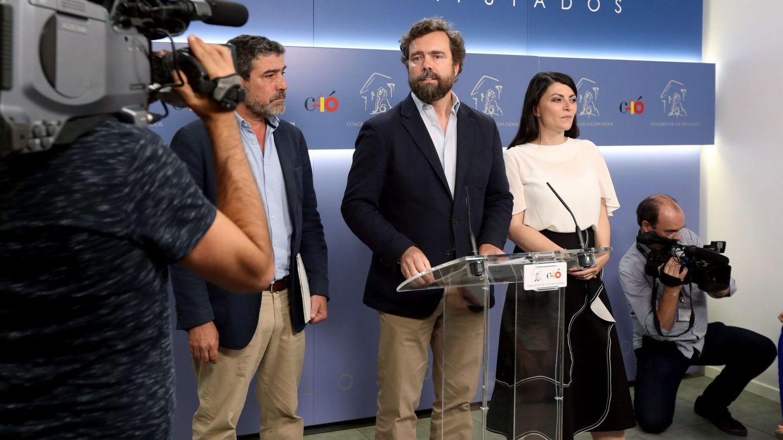 El portavoz de Vox, Iván Espinosa de los Monteros (c), tras su reunión con García Egea. (EFE)