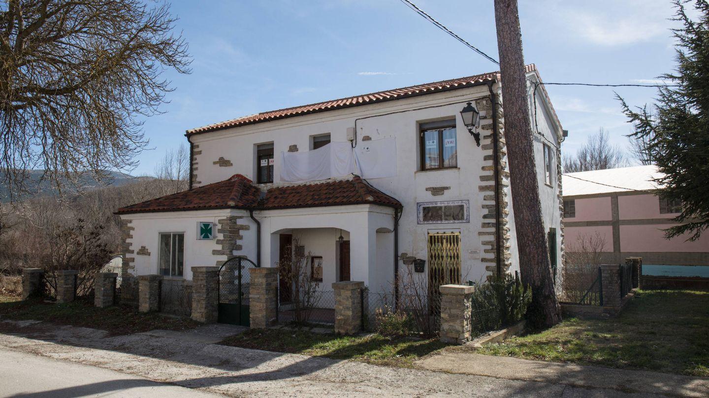 Edificio con la farmacia y la casa en la planta superior en Villar del Río. (D.B.)