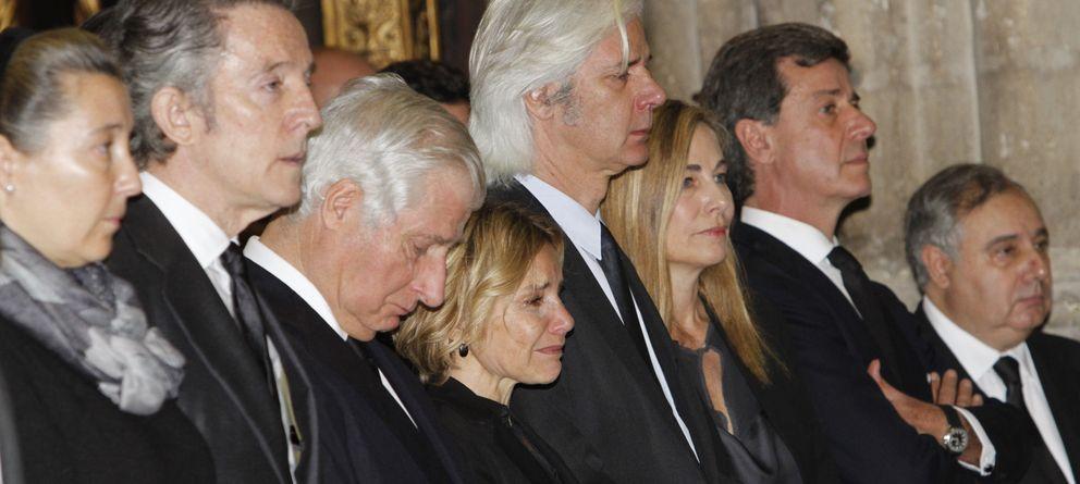 Foto: Los hijos de la duquesa de Alba, Alfonso Díez y Cristina de Borbón Dos Sicilias, el viernes en el funeral (Gtres)