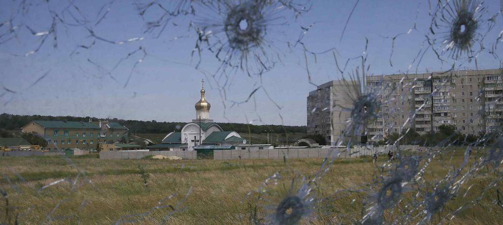 Foto: Vista de un puesto fronterizo ucraniano a través de los cristales de un camión alcanzado por las balas en Lugánsk, en el este de Ucrania (Reuters).