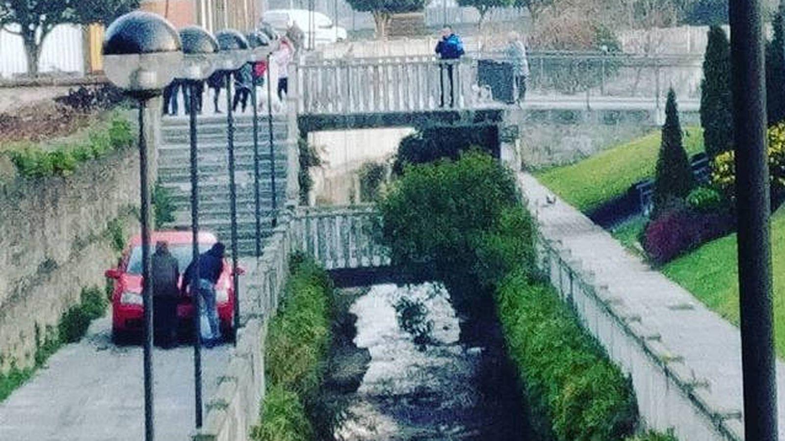 Foto: Varias personas tuvieron que empujar el vehículo hasta las escaleras por las que llegó (Foto: Twitter)