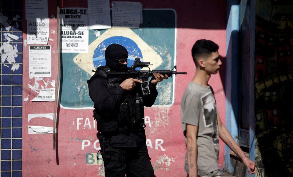 Foto: Un policía toma posiciones durante una operación antidroga en la Ciudad de Dios, en Río de Janeiro, el 10 de julio de 2017. (Reuters)