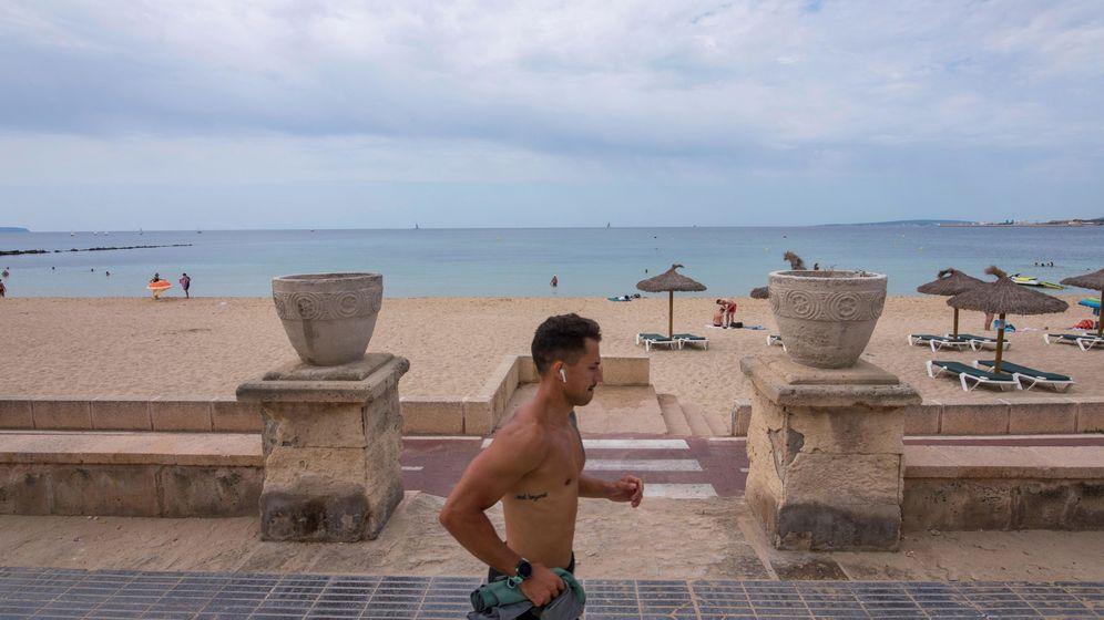 Foto: Un joven practica deporte en el paseo marítimo de la Playa de Can Pere Antoni de Palma. (EFE)