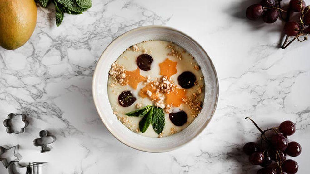 Sopa fría de chocolate blanco con mango y uvas