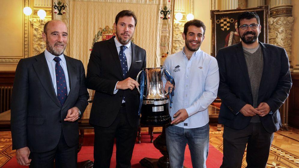 Foto: Óscar Puente, con la Copa. (EFE)