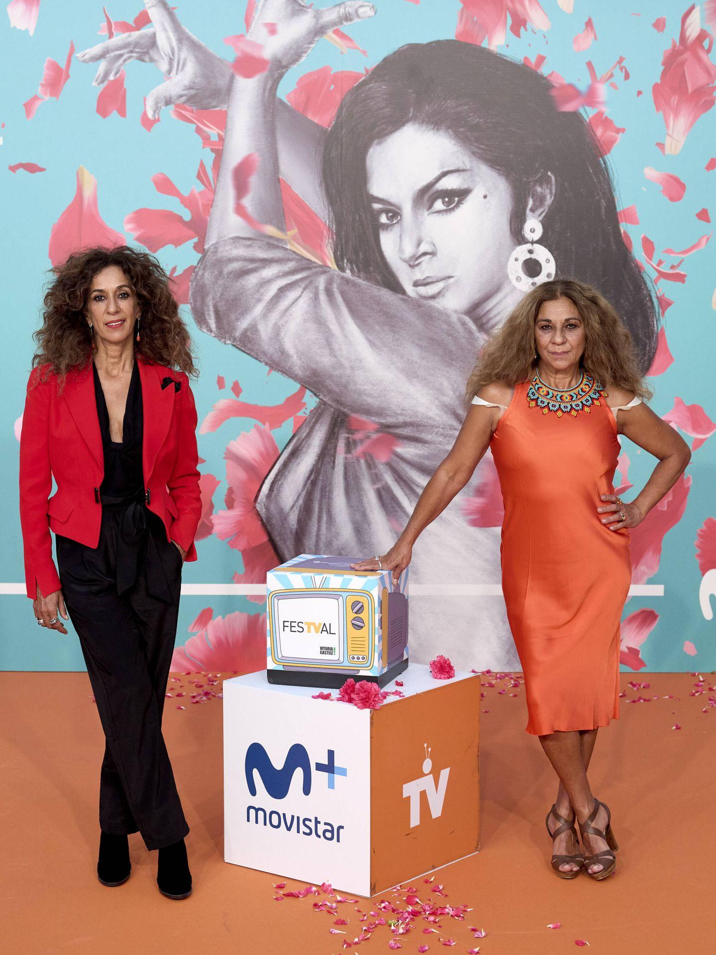 Rosario y Lolita Flores, en tonos rojizos, durante la presentación del documental 'Lola' en el FesTVal 2021. (Getty)