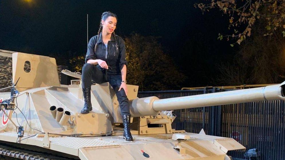 Foto: Pilar Rubio se sube a un tanque en su último reto del año en 'El Hormiguero'. (Antena 3)