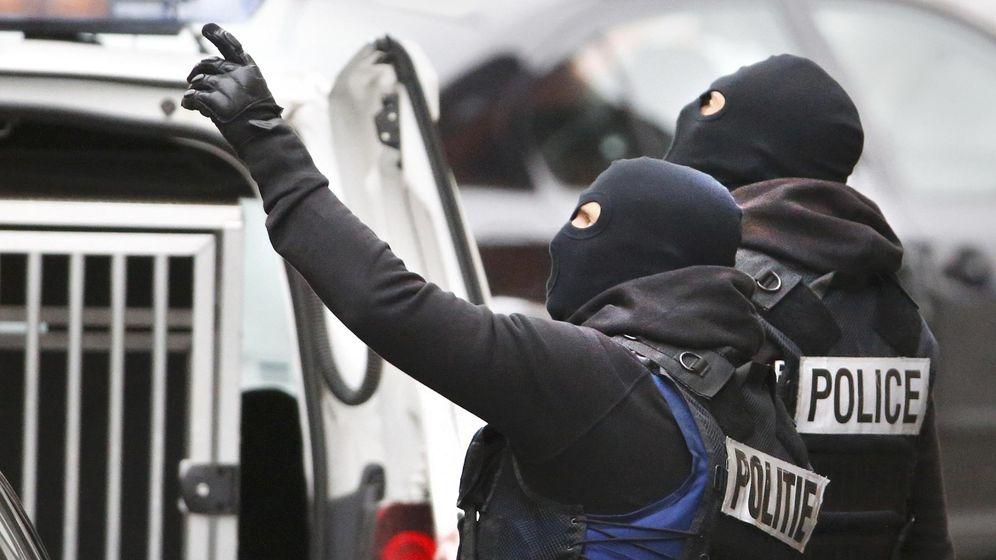 Foto: Varios miembros de las fuerzas y cuerpos de seguridad belga en el barrio de Molenbeek, en Bruselas. (Reuters)