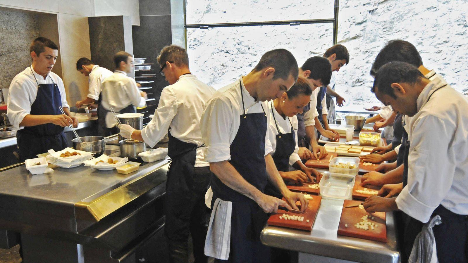 Foto: Cocineros de El Bulli preparando alimentos en 2011. (EFE)