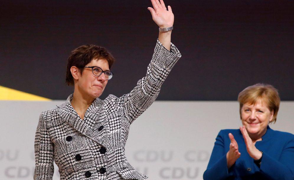 Foto: Annegret Kramp-Karrenbauer saluda tras ser elegida líder de la CDU durante el congreso de la formación en Hamburgo. (Reuters)