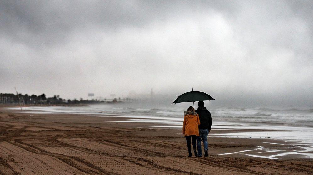 Foto: Una pareja pasea por la playa de la Malvarrosa de Valencia este Viernes Santo. (EFE)