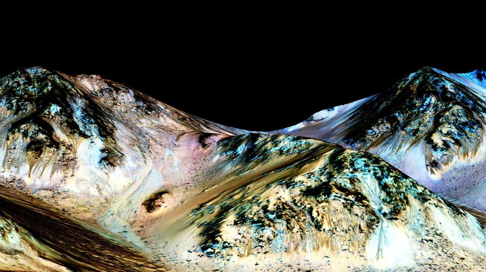 Foto: Líneas de ladera recurrentes, probablemente formadas por el flujo de agua líquida. (Nasa)