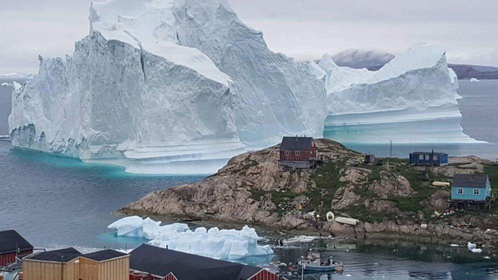 Foto: Vista general de un iceberg situado al lado de la aldea de Innaarsuit, en el municipio de Avannaata, Groenlandia. Foto: EFE Karl Petersen
