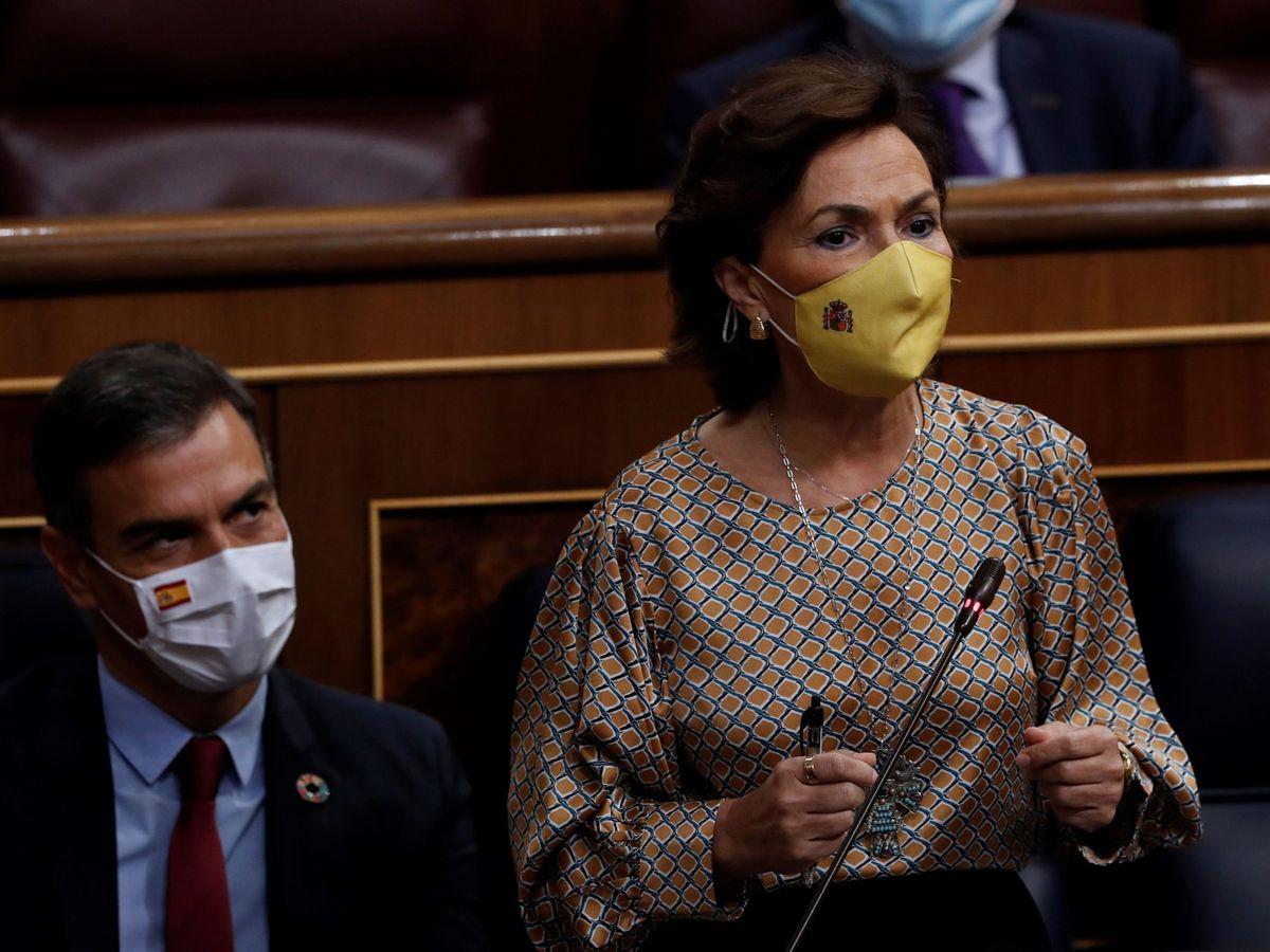 Foto: La vicepresidenta primera del Gobierno, Carmen Calvo, en la sesión de control al Ejecutivo, junto a Pedro Sánchez. (EFE)