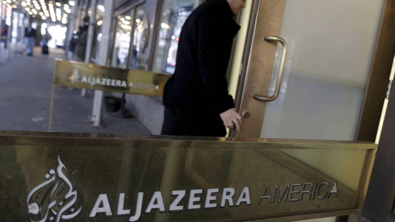Un empleado entra en la sede de Al Jazeera America, en Nueva York. (Reuters)