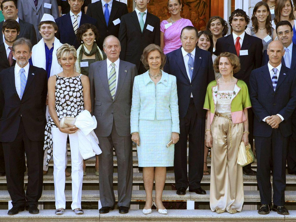 Foto: Los reyes Juan Carlos, en una recepción con el Comité Español de Colegios del Mundo Unido en 2008. (EFE)