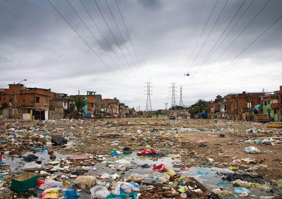 Foto: Vista general de una calle de la favela Manguinhos, en Brasil (Luiz Baltar).