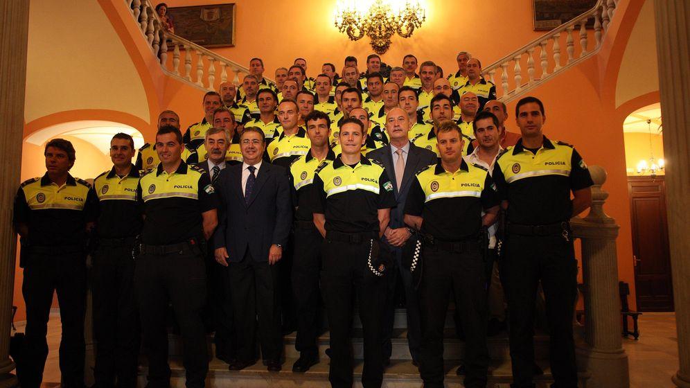 Foto: El exalcalde de Sevilla, Juan Ignacio Zoido, con oficiales de la Policía Local en 2011.