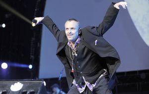 Bosé echa mano de rímel y gomina en la portada de su nuevo disco