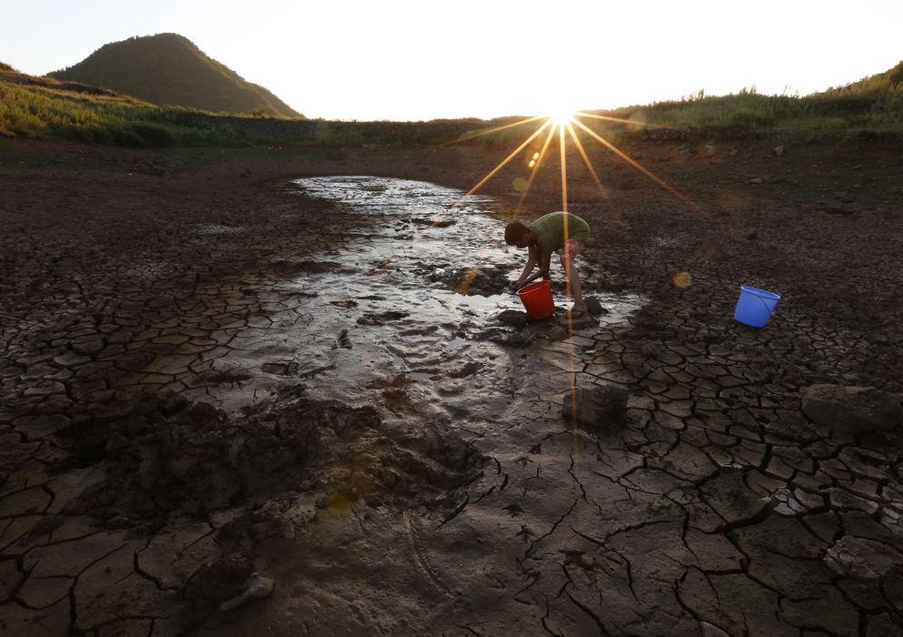 Foto: Un hombre recoge agua de un pozo casi seco en Xinchang, China. (Reuters)