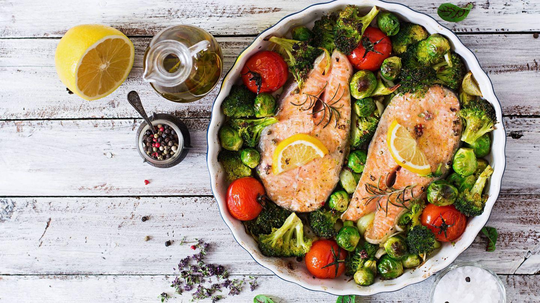 Salmón con verduras. (iStock)