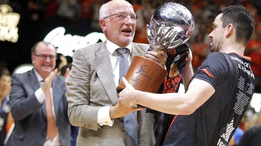 Foto: Juan Roig recibe de Rafa Martínez el trofeo de la ACB tras la victoria del Valencia en el cuarto partido de la final. (EFE)