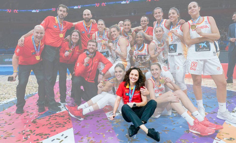 Foto: Susana Ferreras, sentada en el centro, durante la celebración de la victoria en el último Eurobasket. (FEB)