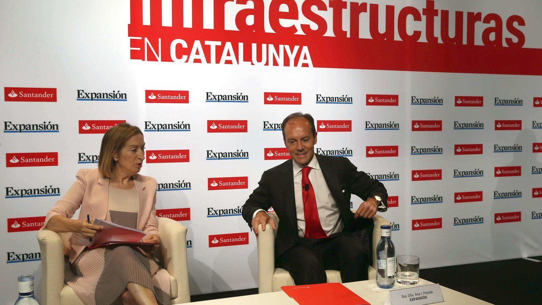 Foto: Rami Aboukhair, responsable de Santander España, junto a la ministra Ana Pastor (Efe)