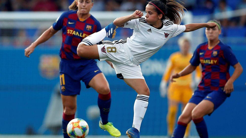 Foto: La jugadora del CD Tacón, Malena Ortiz (c), intenta controlar el balón ante Alexia, del FC Barcelona. (EFE)