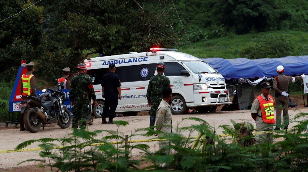 Foto: Uno de los niños que permanecían atrapados en la cueva Tham Luang es evacuado en ambulancia tras su rescate. (EFE)