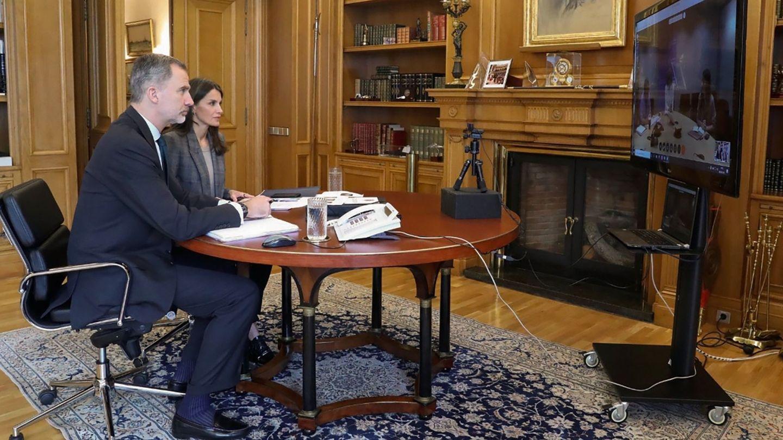 Felipe VI y Letizia en videoconferencia con responsables de la Organización Mundial de la Salud (OMS). (EFE)