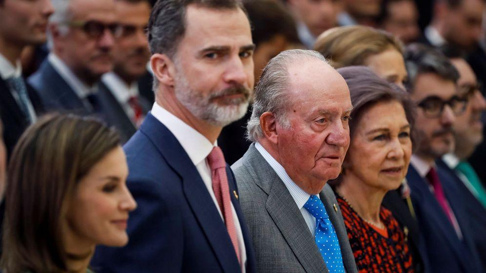 Foto: Los Reyes Felipe VI y Letizia, junto a los Reyes eméritos. (EFE)