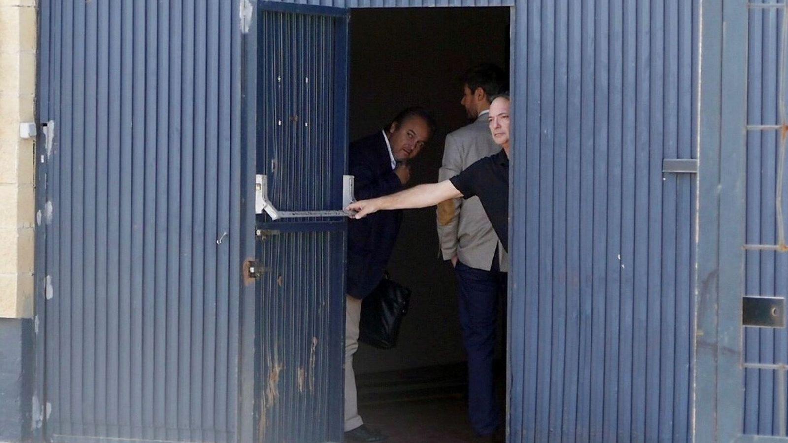 Foto: Una inspección a la fábrica de Magrudis. (EFE)