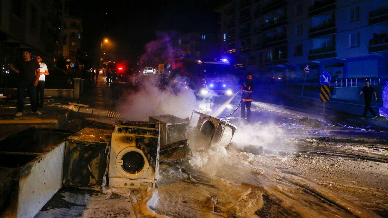 Bomberos apagan los incendios provocados por los ataques contra establecimientos de refugiados. (Reuters)