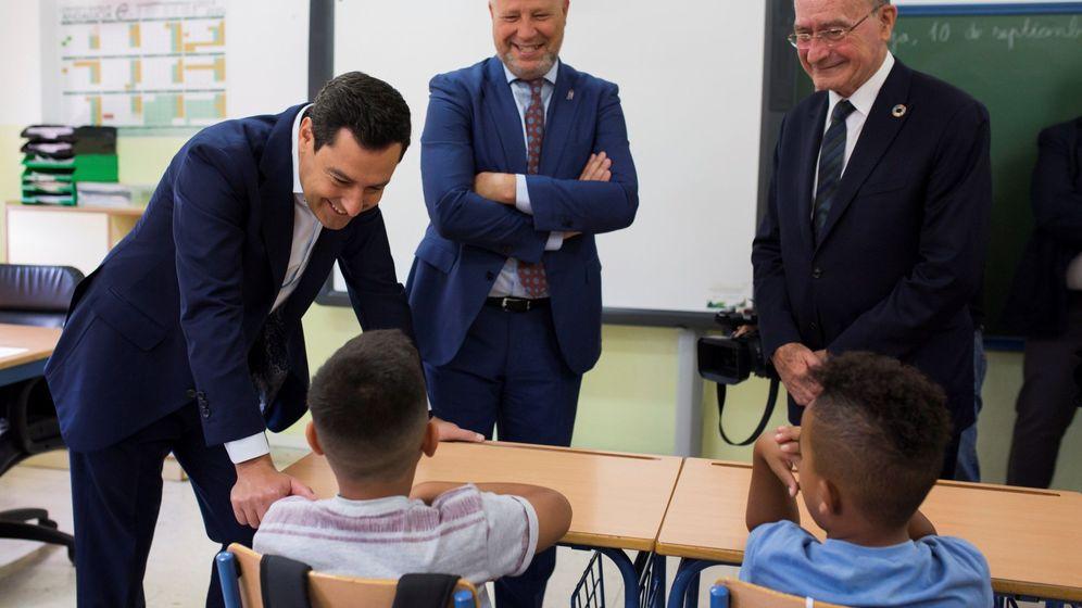 Foto: Juanma Moreno (d) y el consejero de Educación y Deporte, Javier Imbroda (c) durante la inauguración del curso en Málaga. (EFE)