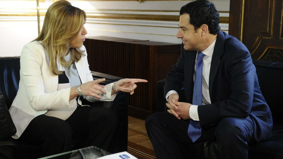 Foto: La presidenta en funciones de la Junta de Andalucía, Susana Díaz, recibe al líder del PP, Juanma Moreno, el pasado 26 de marzo. (EFE)