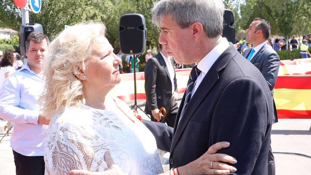 Foto: Ángeles Pedraza, la nueva comisionada para las Víctimas del Terrorismo, con el presidente madrileño, Ángel Garrido.