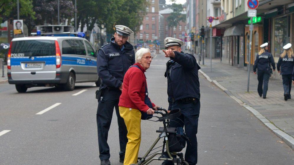 Foto: La policía da indicaciones a una anciana en Fráncfort, Alemania. (EFE)