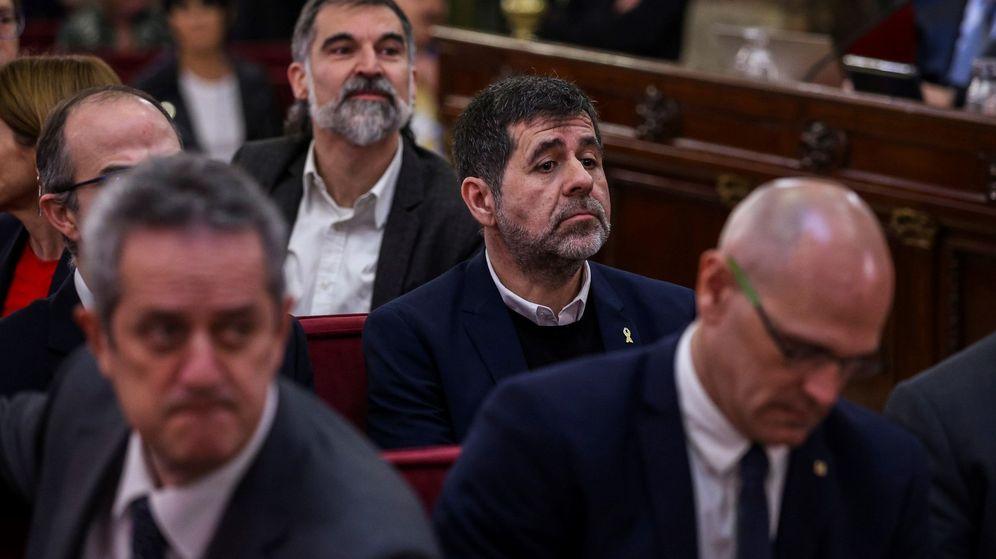 Foto: El expresidente de la Asamblea Nacional Catalana (ANC) Jordi Sánchez, junto al resto de líderes independentistas acusados. (EFE)