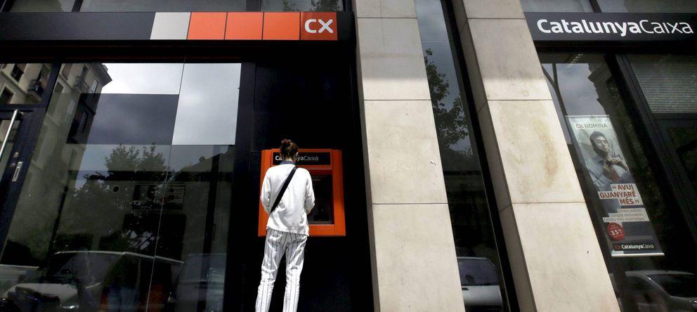 Foto: Una mujer utiliza un cajero automático de CatalunyaCaixa en Barcelona. (EFE)