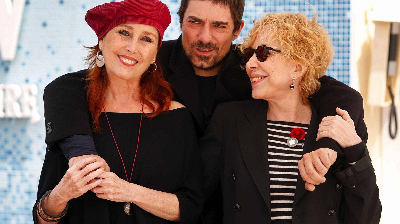 Rosa Maria Sardà y Verónica Forqué, con Pol Mainat, director de la serie 'Dues dones divines' (Dos mujeres divinas). (EFE)