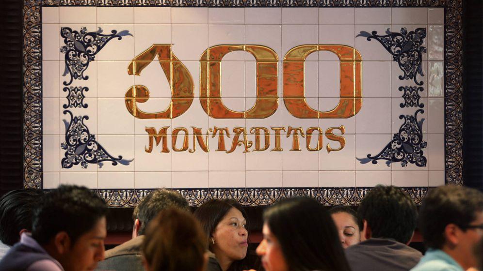 Foto: Un grupo de personas come en el restaurante 100 Montaditos ubicado en Ciudad de México. (EFE)