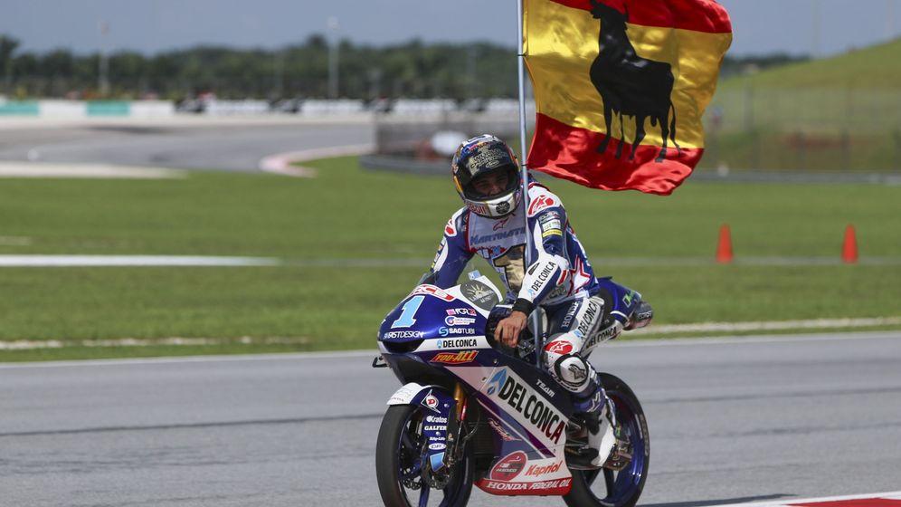 Foto: Jorge Martín celebra su título de Moto3 tras cruzar la meta en el Gran Premio de Malasia. (EFE)