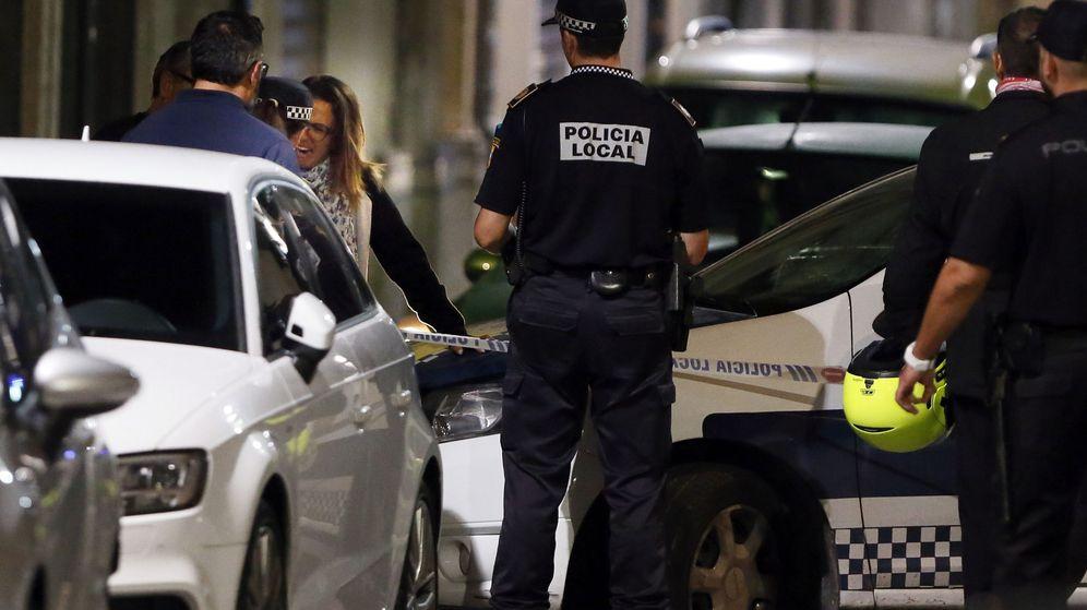 Foto: Agentes de la Policía Local permanecen en las inmediaciones de la vivienda ubicada en la calle Quijote de Elda. (EFE)