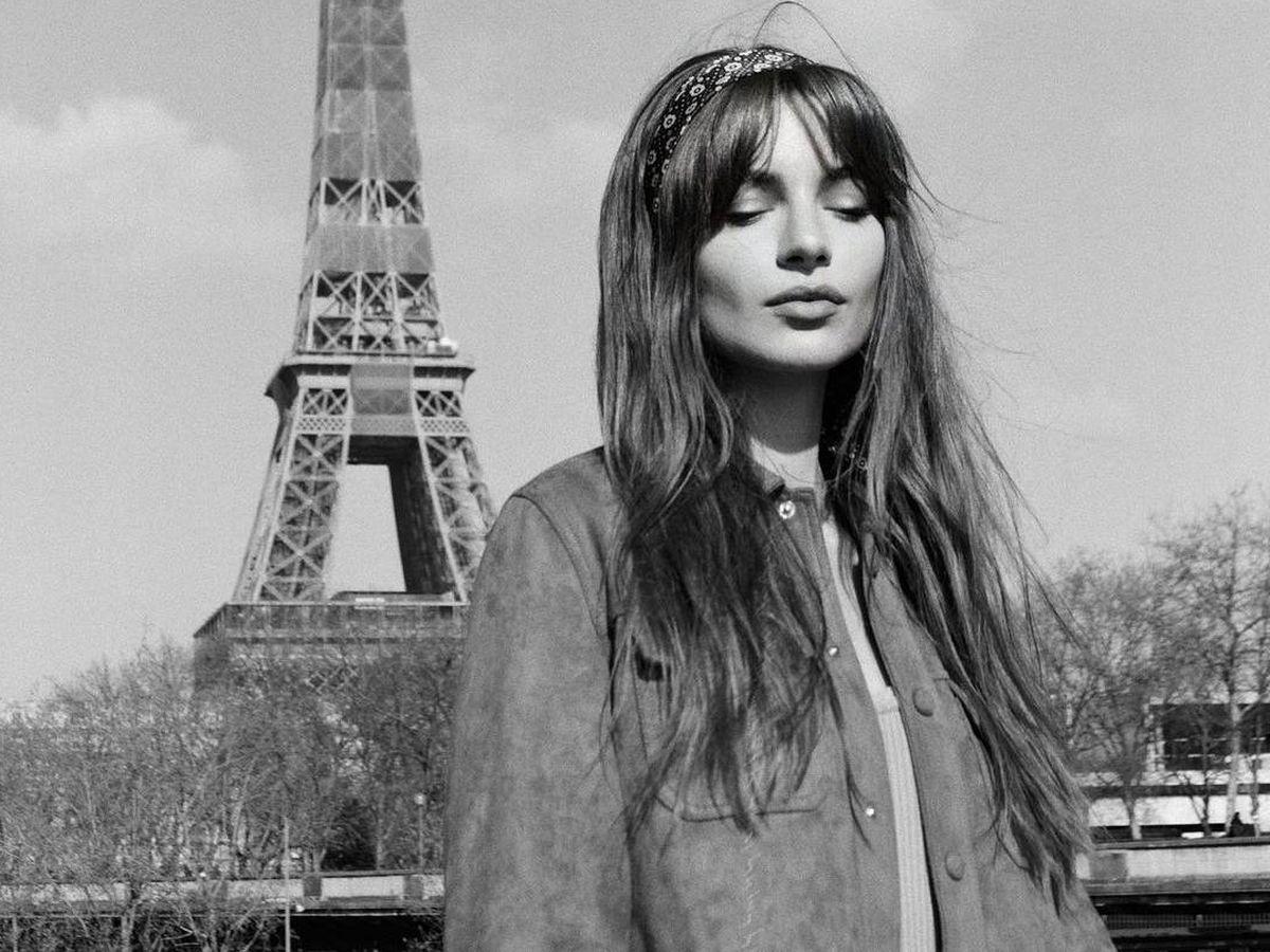 Foto: Mara Latontan, con su peinado retro a los pies de la Torre Eiffel. (Instagram @maralafontan)