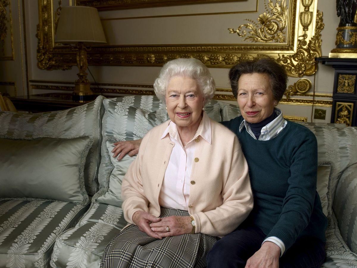 Foto: La reina Isabel junto a su hija. (Reuters)