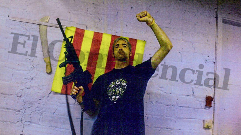 """Foto: Uno de los CDR detenidos, Alexis Codina, en una imagen """"típica"""" previa a una acción, según la Guardia Civil."""