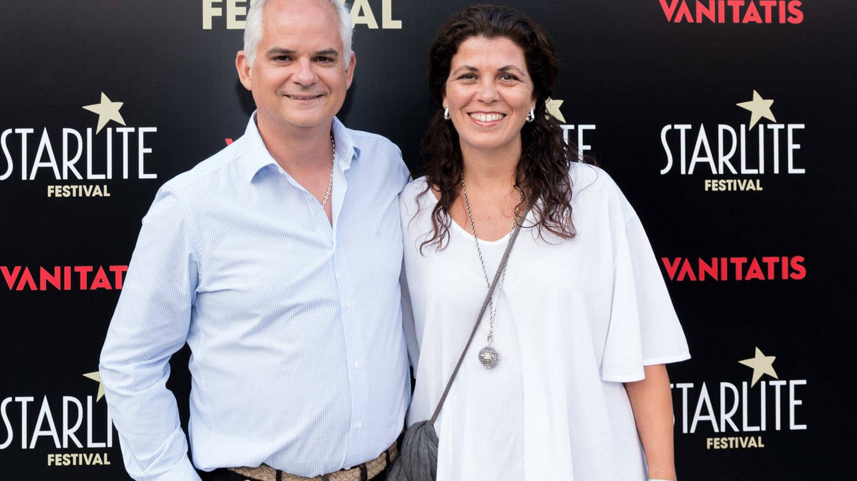 Alberto Artero, director general de El Confidencial, con su mujer, Sonia Mompó dueña de la empresa de arte floral Los detalles de Sonia Mompó. (Foto: Helena Sánchez)