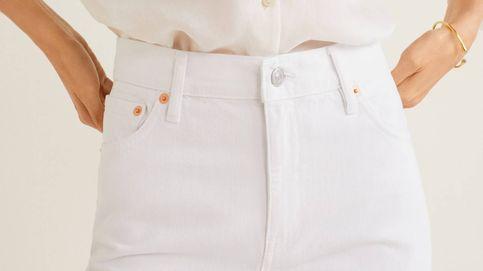El pantalón vaquero blanco que necesita nuestro armario es de Mango Outlet y cuesta 10 euros